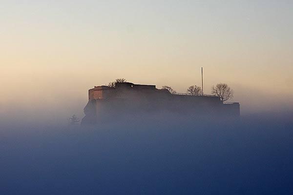 Hohenneuffen im Nebel am Abend