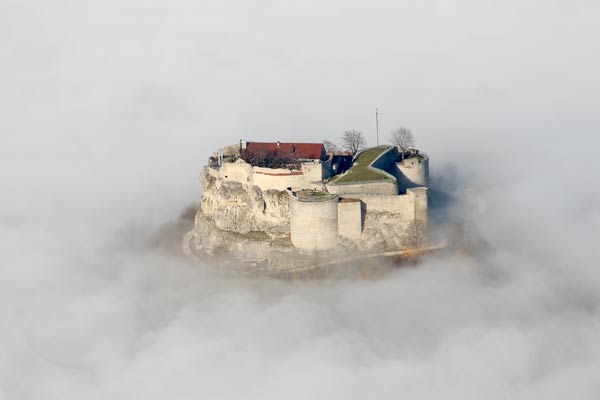 Burg Hohenneuffen im Nebel